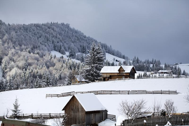 Invierno en las montañas imagen de archivo