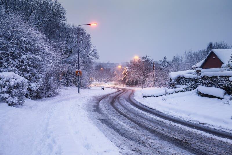 Invierno en Reino Unido Luces vacías del camino y de calle a lo largo del Res foto de archivo