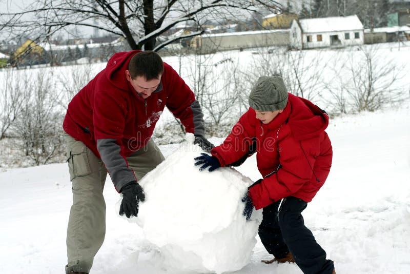 Invierno - Fabricación Del Muñeco De Nieve Foto de archivo