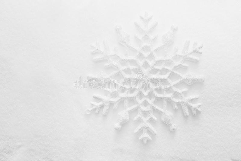 Invierno, fondo de la Navidad. Copo de nieve en nieve fotografía de archivo