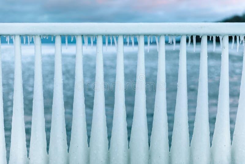 Invierno frío que cerca con barandilla del hielo en Chicago imagenes de archivo