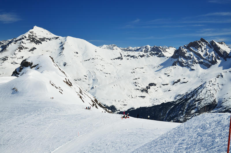 Invierno los Pirineos con los downhills fotografía de archivo