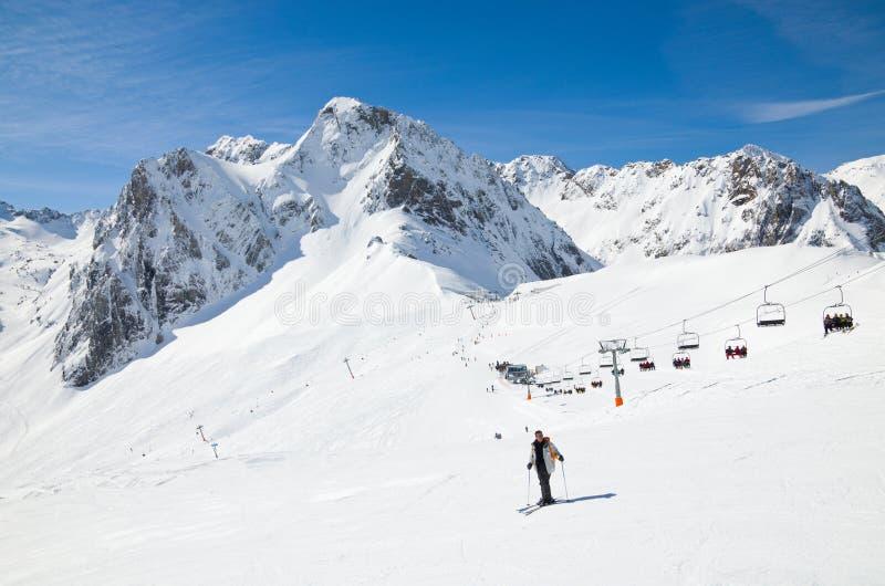 Invierno los Pirineos con un remonte fotos de archivo