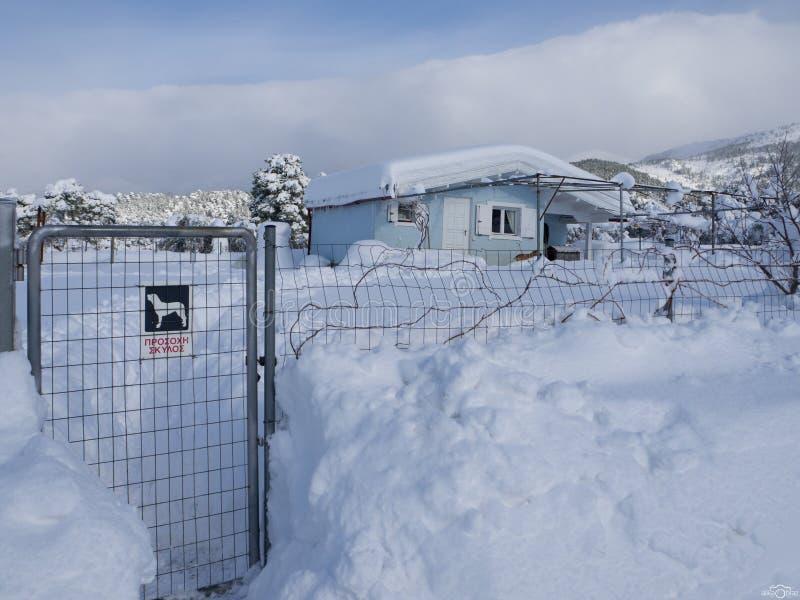 Invierno maravilloso de la visi?n panor?mica con las porciones de nieve y de derivas de la nieve en un pueblo griego en la isla d fotos de archivo
