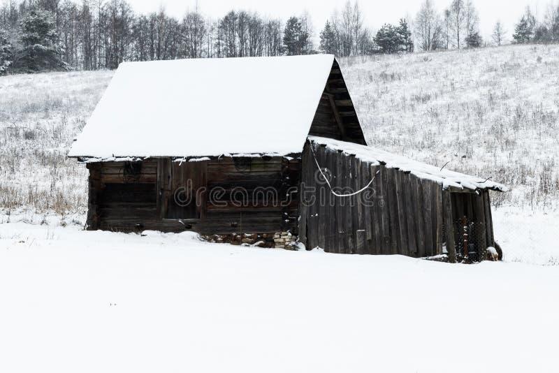 Invierno, mucha nieve Granero de madera viejo colocación en la tierra fotografía de archivo libre de regalías