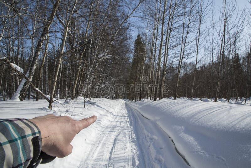 Invierno nieve Camino el finger de la mano muestra la dirección del movimiento fotografía de archivo libre de regalías