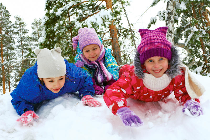 Invierno, nieve, niños sledding en invierno fotografía de archivo