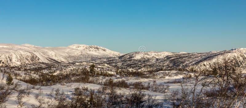 Invierno noruego, paisaje de la montaña con nieve Panorama imagenes de archivo