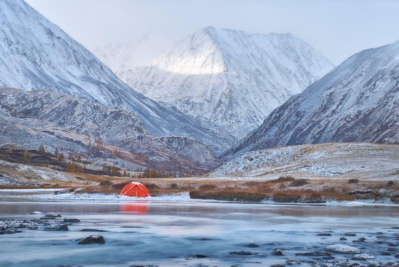 Invierno o última caída en montañas, acampar solo y un río fotografía de archivo libre de regalías