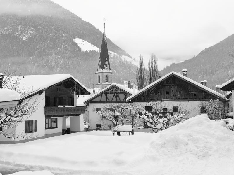 Invierno pesado en el pueblo de Pfunds, el Tyrol, Austria fotografía de archivo libre de regalías
