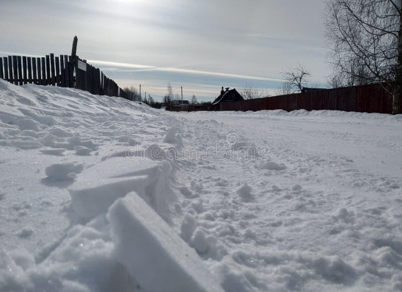Invierno por la mañana rusa del pueblo Cielo escarchado azul fotos de archivo
