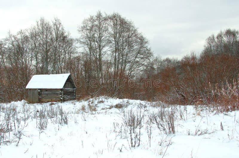 Invierno que caza la choza en el bosque imágenes de archivo libres de regalías