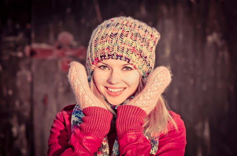 Invierno sonriente feliz hermoso de la cara de la mujer joven imagenes de archivo
