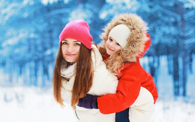 Invierno y concepto de la gente - mamá y niño felices junto imagen de archivo