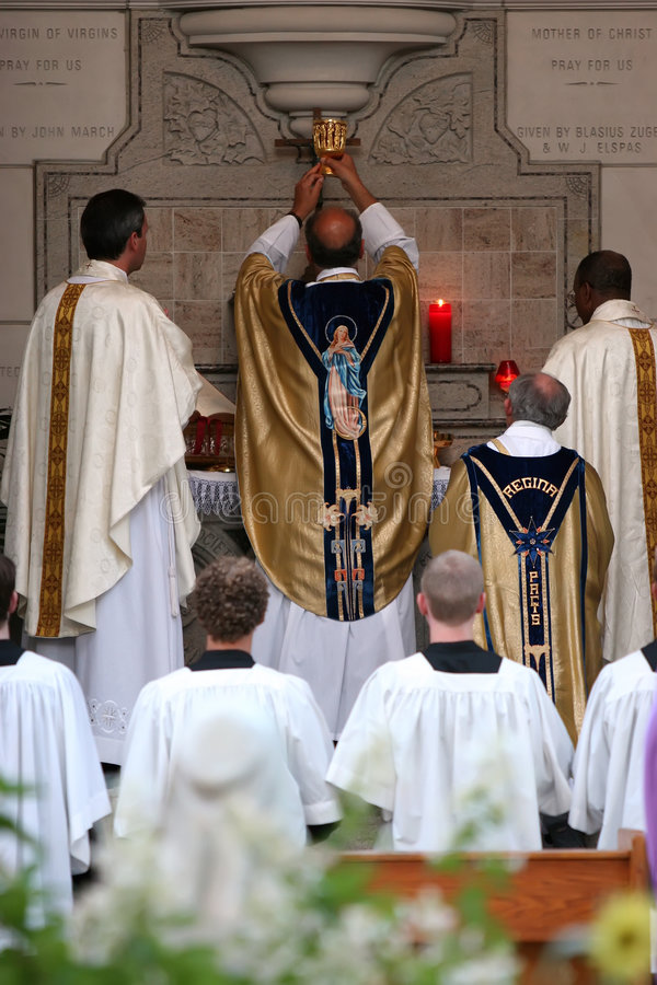 inviga mass prästwine arkivfoton