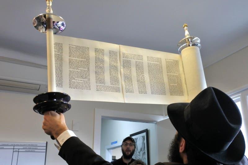 Invigning av en ny Torah snirkelceremoni royaltyfria bilder