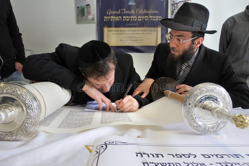 Invigning av en ny Torah snirkelceremoni arkivbild