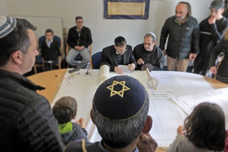 Invigning av en ny Torah snirkelceremoni royaltyfri bild