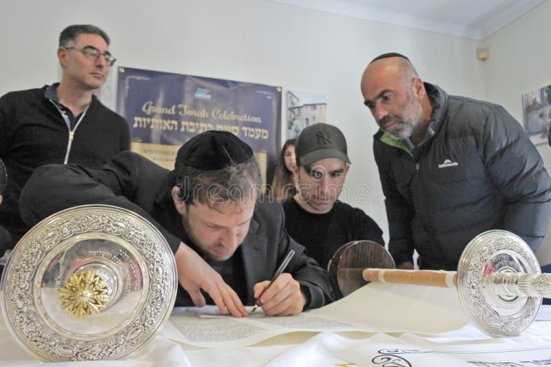 Invigning av en ny Torah snirkelceremoni fotografering för bildbyråer