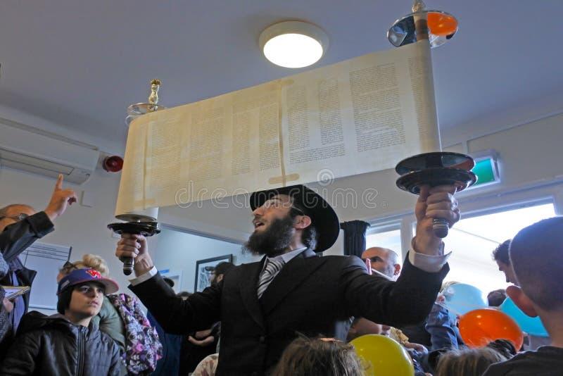 Invigning av en ny Torah snirkelceremoni royaltyfri fotografi