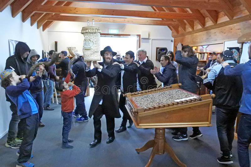 Invigning av en ny Torah snirkelceremoni royaltyfri foto