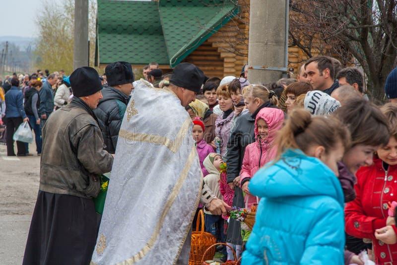 Invigning av traditionella p?skkakor f?r den ortodoxa p?skferien royaltyfria foton
