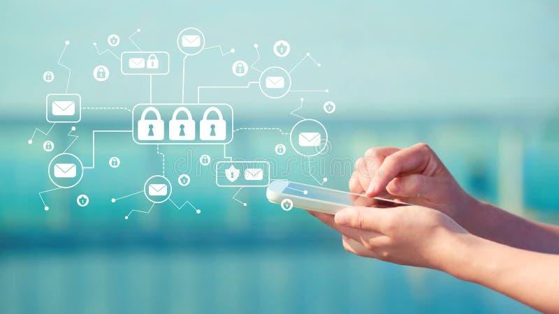 Invii con la posta elettronica il tema di sicurezza con la persona che tiene uno smartphone immagine stock libera da diritti