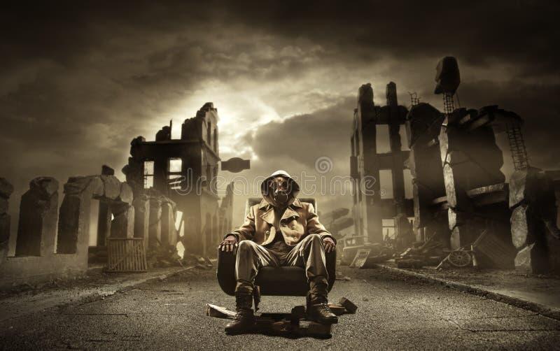 Invii il superstite apocalittico in maschera antigas fotografie stock libere da diritti