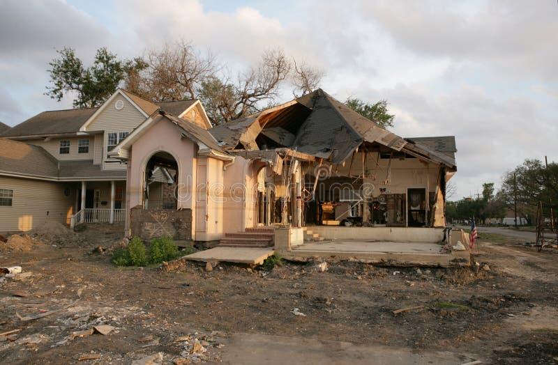 Invii l'uragano Katrina un'inondazione nociva a casa a New Orleans vicino al diciassettesimo canale della via. fotografie stock