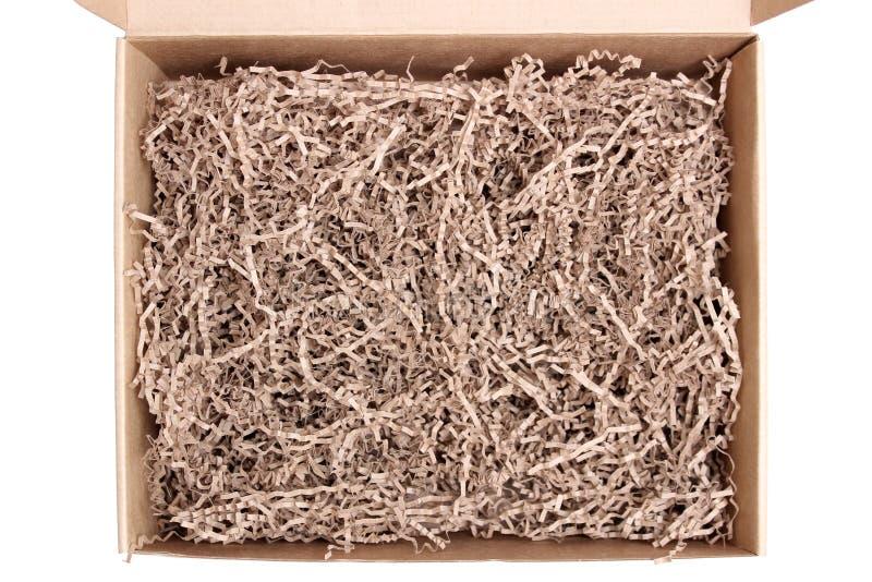 Invio aperto e scatola di spedizione del cartone con i krinkles del tessuto fotografia stock libera da diritti