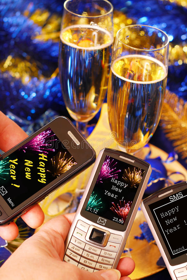 Invio degli sms per il nuovo anno fotografie stock libere da diritti