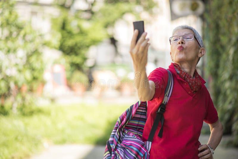 Invio dell'amore sopra i media sociali fotografie stock libere da diritti