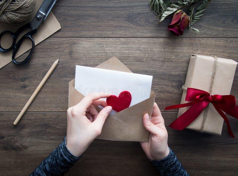 Invio della lettera di amore fotografie stock