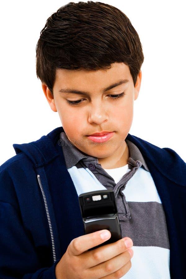 Invio di messaggi di testo del ragazzo fotografia stock