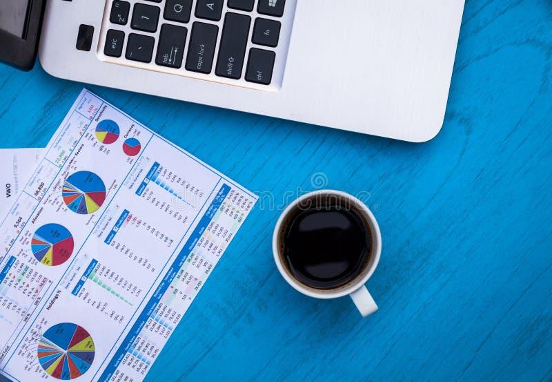 Invirtiendo finanzas de motivación presupueste el concepto con las cartas y los gráficos y calculadora en el tablero de madera fotografía de archivo libre de regalías