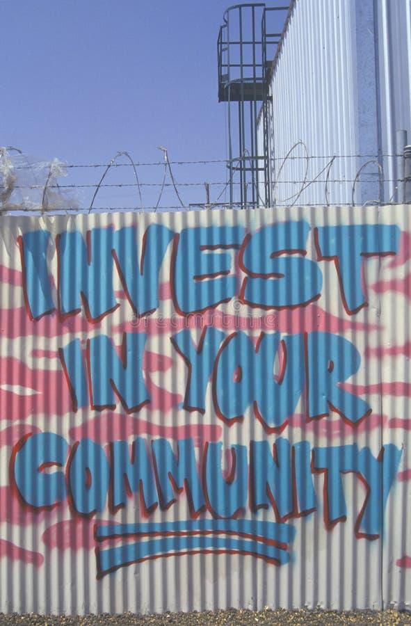 Invista em sua indicação da comunidade pintada em um f foto de stock