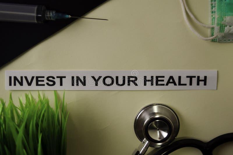 Invista em sua saúde com inspiração e em cuidados médicos/conceito médico no fundo da mesa fotos de stock