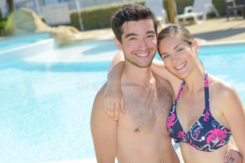 Invité sur la piscine images stock