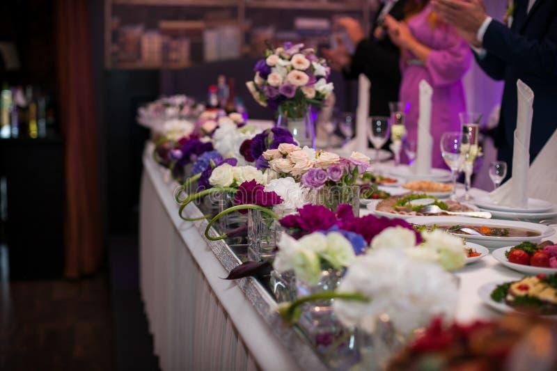 Invités à la réception de mariage d'une manière élégante servie et approvisionnée photographie stock libre de droits