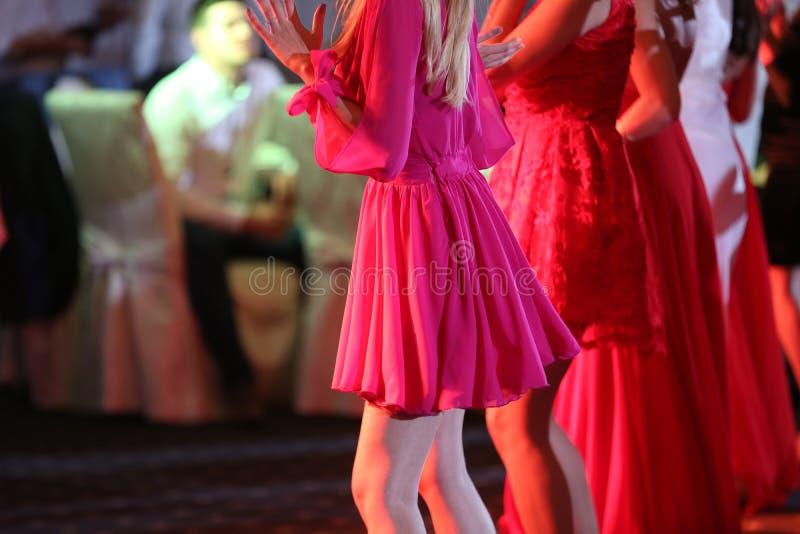 Download Invités Dansant à La Partie Photo stock - Image du jupe, robe: 76082902
