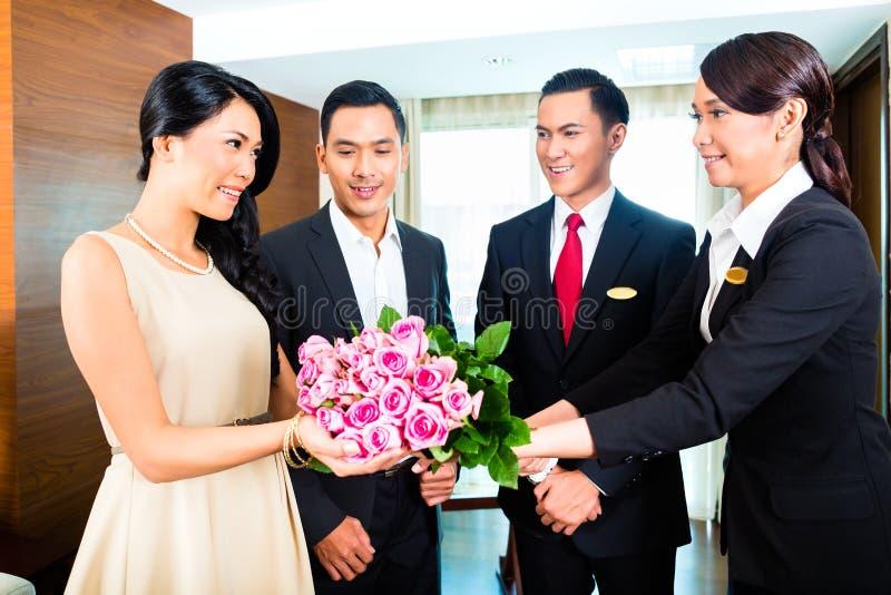 Invités de salutation de personnel dans l'hôtel photographie stock libre de droits