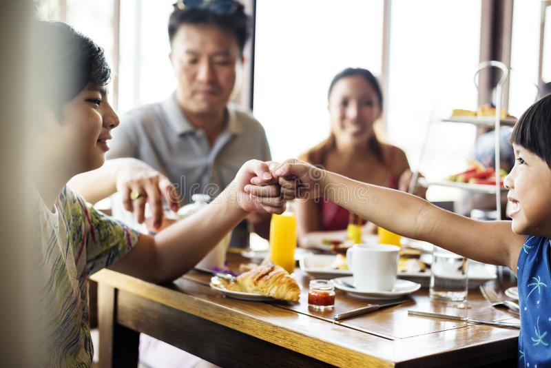 Invités prenant le petit déjeuner à un restaurant d'hôtel photos stock
