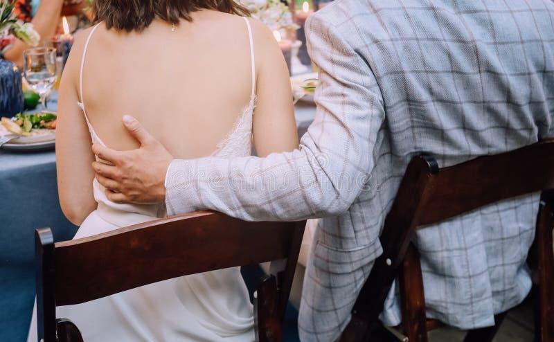 Invités s'asseyants de nourriture de table de jeunes couples images libres de droits