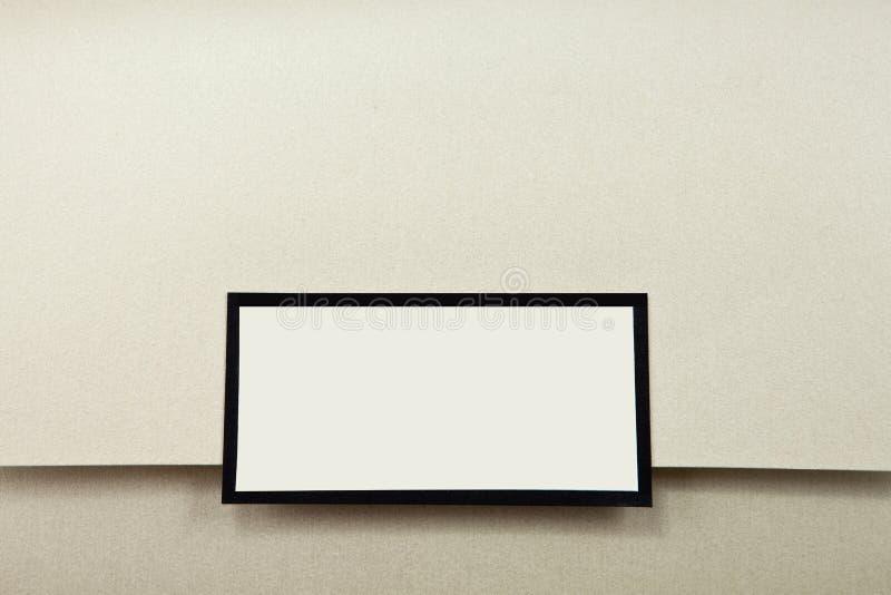 Invitación color nata de la boda con la escritura de la etiqueta en blanco fotos de archivo libres de regalías