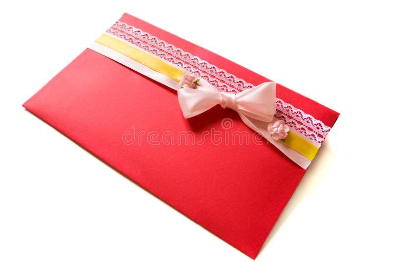 Invitación de la boda - sobre rojo con el arco fotos de archivo