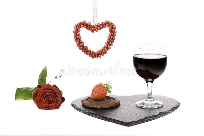 Invitación de la tarjeta de la tarjeta del día de San Valentín con la galleta del vino y del chocolate fotos de archivo