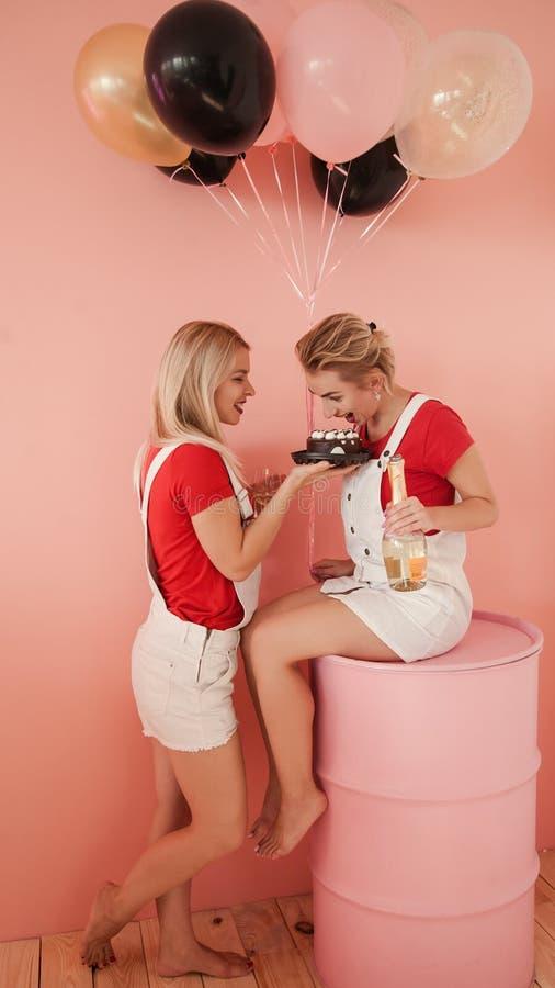 Invitación hambrienta del chocolate de las chicas marchosas de la torta de cumpleaños imagenes de archivo