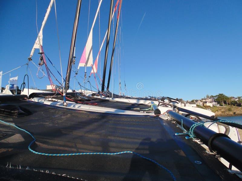 Invitación a ocurrir en la red del catamarán foto de archivo libre de regalías