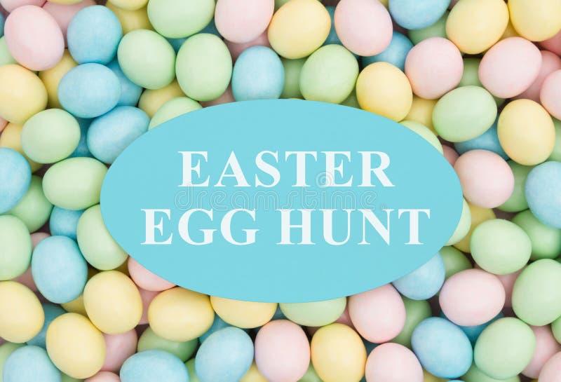 Invitación a una caza del huevo de Pascua fotos de archivo