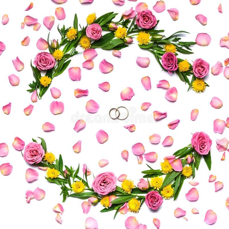 Invitaci?n de boda en blanco Marco redondo de flores en un fondo blanco y pétalos de rosa foto de archivo libre de regalías